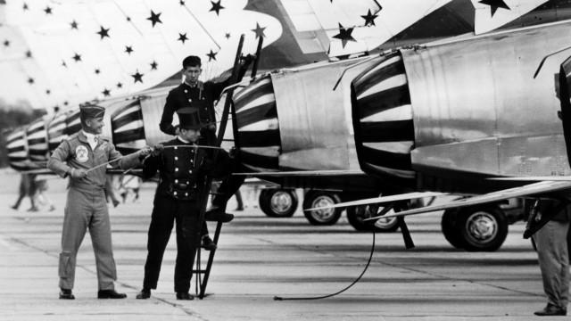 Schornsteinfeger putzen Flugzeuge der US-Thunderbird Staffel