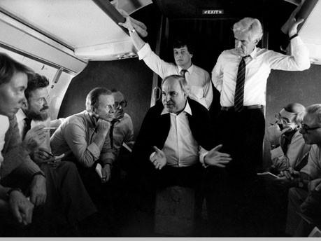 Helmut Kohl und Begleiter im Flugzeug nach Asien