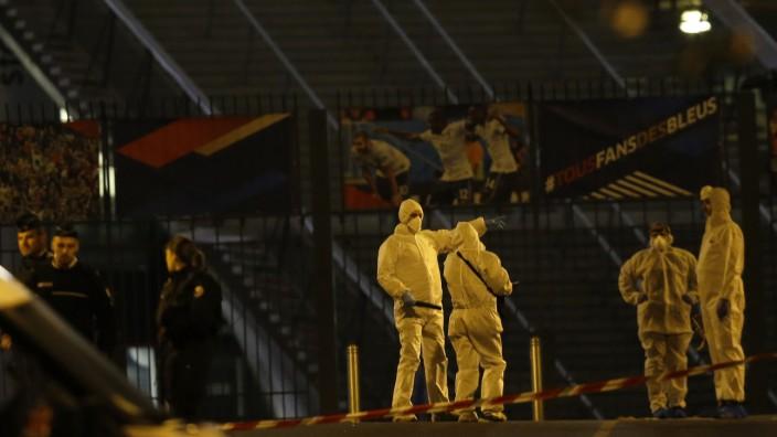 Minutenprotokoll: Ermittler der französischen Polizei vor dem Stade de France. In der Nähe soll es mehrere Explosionen gegeben haben.