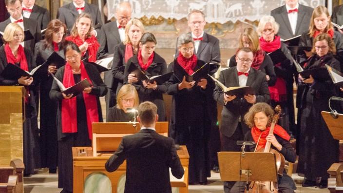 Einstimmung in den Herbst: Der Isura-Madrigalchor wurde unterstützt von den Solisten Franziska Brandis (Barockcello), Michael Schönfelder (Violone) und Marianne Lösch (Orgel).
