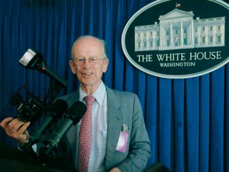 Mainhardt Graf von Nayhauß posiert im Weißen Haus