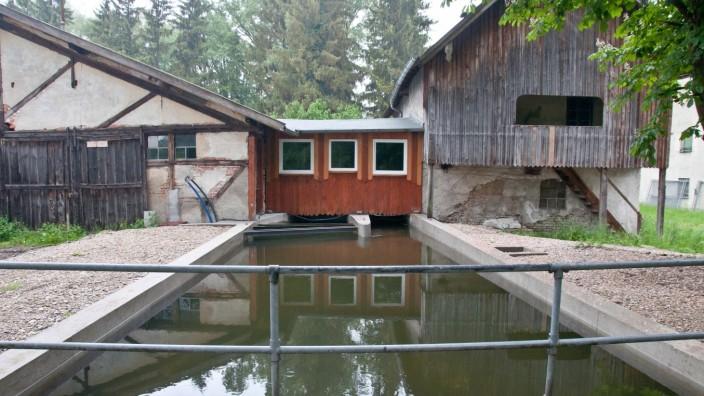 Sägmühle: In mindestens einem Fall hat der Besitzer der Sägmühle zwei Euro für die Überquerung der Sempt-Brücke auf dem öffentlichen Weg über sein Grundstück verlangt.