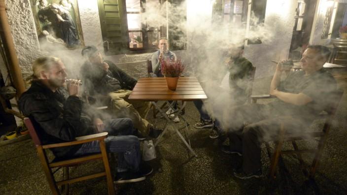 Nikotinsucht: E-Zigaretten-Konsumenten in einer Münchner Gaststätte: Noch ist unklar, wie schädlich der Dampf ist.