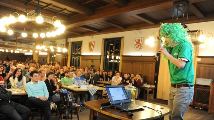 Schwanthalerhöhe: Um zu zeigen, welche Farben eine Zukunftsstadt prägen sollen, griff Joachim Fallmann zu grünem T-Shirt und zur Perücke.