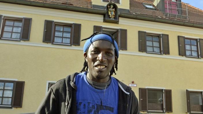 Mammendorf: Cheikamadou Sall aus Senegal vor der Flüchtlingsunterkunft in Mammendorf.
