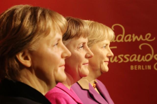Drei Modelle von Merkel bei Madame Tussauds