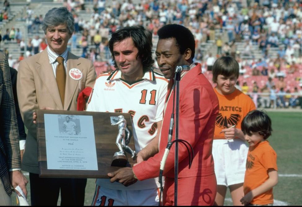 """Pele überreicht George Best von den Aztecs Auszeichnung zum """"Größten Fußballspieler"""", 1987"""