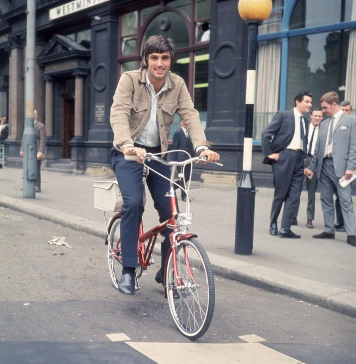 George Best fährt nach Führerscheinentzug mit dem Fahrrad, 1968