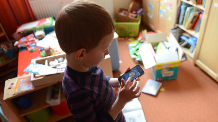 Kind spielt mit Smartphones