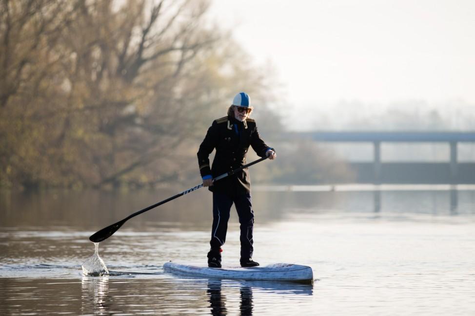 Helge Schneider paddelt auf der Ruhr
