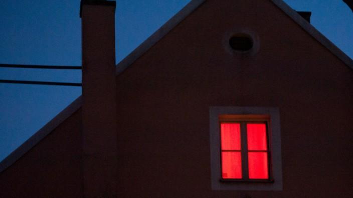 Rot erleuchtetes Fenster