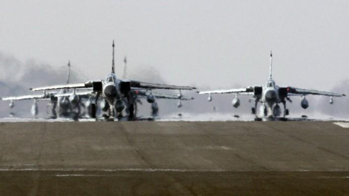 Minister Jung verabschiedet Piloten nach Afghanistan