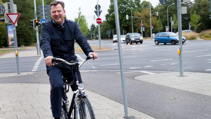 Bürgermeister Josef Schmid fährt mit dem Fahrrad zur Arbeit. Von Allach ins Rathaus. Fotografiert an der Kreuzung Wintrichring/Nederlinger Straße