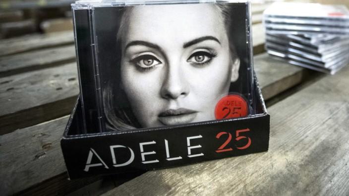 """Pop-Stars und die Musikindustrie: Das Comeback der CD? Adeles neues Album """"25"""" bricht gerade alle Rekorde."""