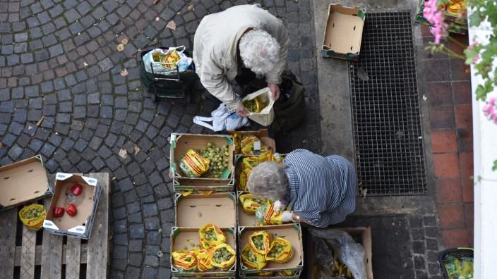 Lebensversicherer: Genug ist da: Verteilung von Obst in München, das sonst weggeworfen worden wäre.