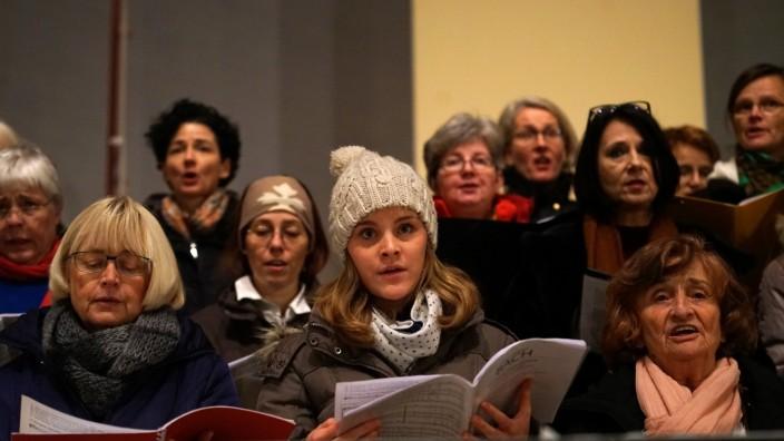 """Moosach: Weihnachten ohne Bach? Unvorstellbar! Der Laienchor von """"Moosach macht Oper"""" bei den Proben der Kantaten."""