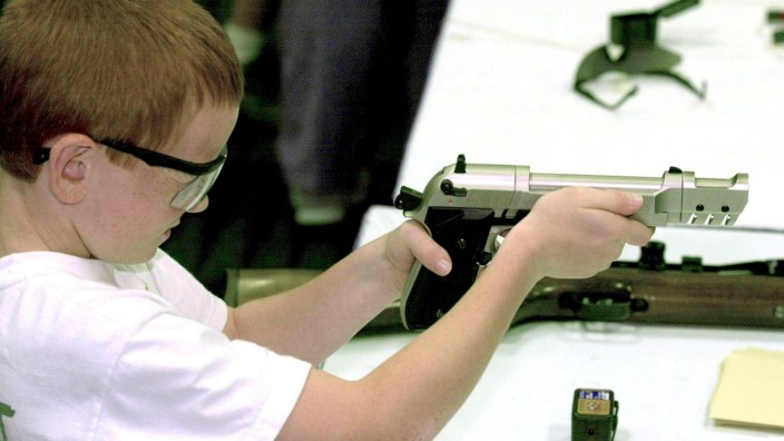 YOUNGSTER TAKES AIM AT NRA CONVENTION TARGET RANGE