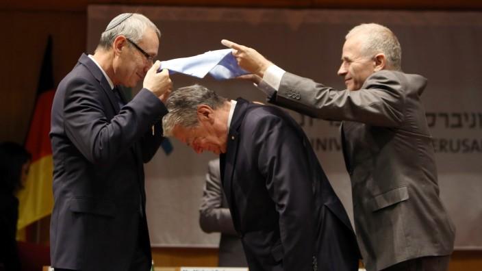 Bundespräsident in Israel: Erhält die Ehrendoktorwürde als Anerkennung seines Kampfes gegen Antisemitismus: Joachim Gauck (Mitte) an der Hebräischen Universität Jerusalem.