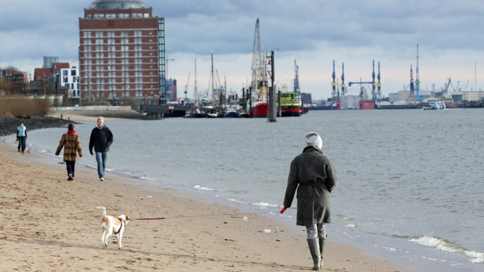 Spaziergang an der Elbe in Hamburg
