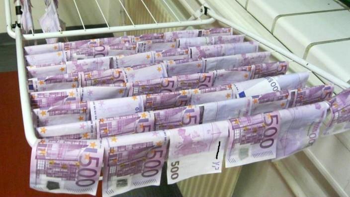 Geldscheine: In einer Wiener Polizeistation hängen die nassen 500-Euro-Scheine zum Trocknen auf der Wäscheleine.