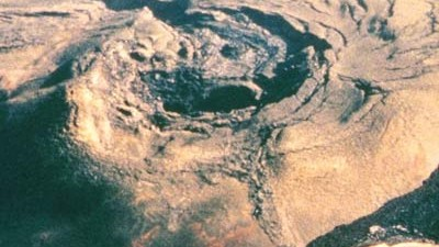 "Klimawandel: Der Mouna Loa auf Hawaii. Die Spitze des Vulkans schirmt das ""Mauna Loa Observatory"" ab."