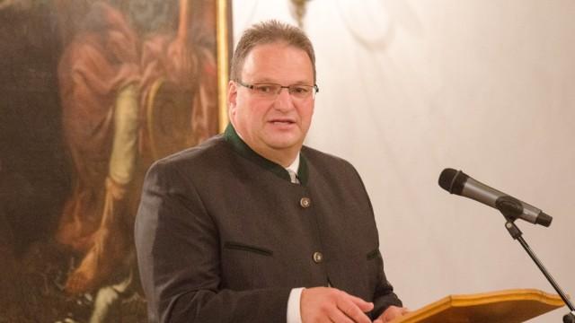 Bad Tölz: Landrat Niedermaier ärgert sich über Gerüchte, die über Flüchtlinge verbreitet werden.