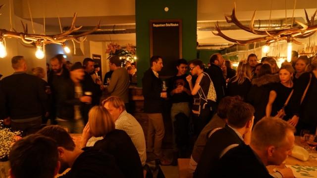Bar Trumpf oder Kritisch: Eine Bar, die aussieht wie ein ländliches Stadlfest in der Traktorenhalle.