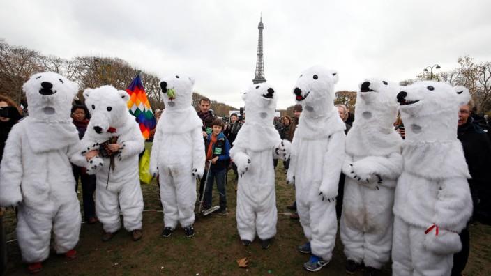 Weltklimavertrag: Klimakonferenz in Paris: Demonstranten vor dem Eiffelturm
