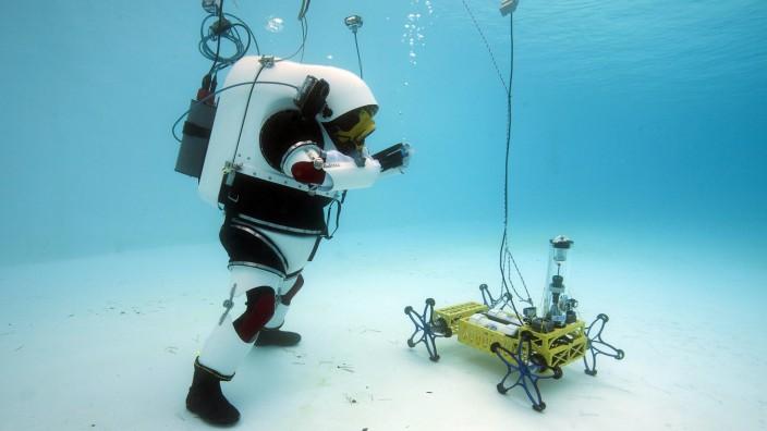 Künstliche Intelligenz: Was kann der Roboter? Ein Taucher beim Test in einem Pool in Marseille.