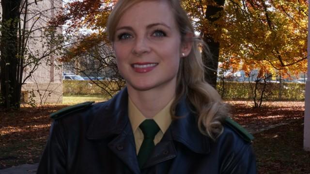 SZ-Serie: Was ist Deutsch?: Elisa Weise, 25, ist Obermeisterin der bayerischen Bereitschaftspolizei. Sie ist seit viereinhalb Jahren bei der Polizei, seit zwei Jahren arbeitet sie für eine Abteilung in München.