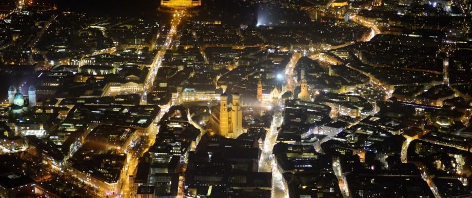 Nacht- Stadtansicht der Altstadt mit Karlsplatz und Frauen- Kirche am Neuen Rathaus im Zentrum der Landeshauptstadt München in Bayern