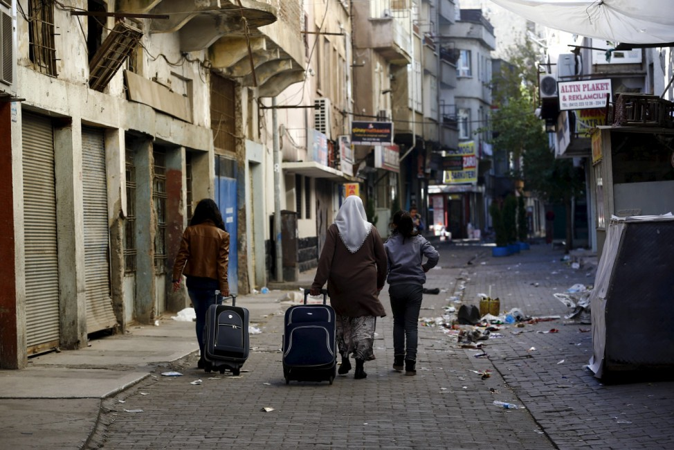 People with their luggage leave from Sur district which is partially under curfew, in the southeastern city of Diyarbakir, Turkey
