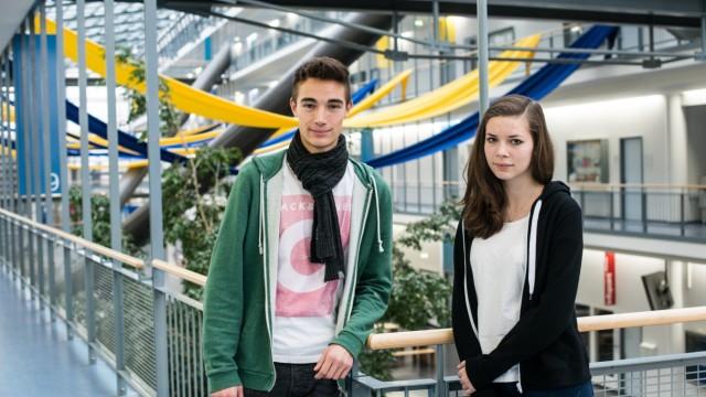 Garching: Maximilian Kerschbaum, 16, und Fidelia Ritz, 15, vom Werner-Heisenberg-Gymnasium in Garching, besuchen viele Fakultäten.