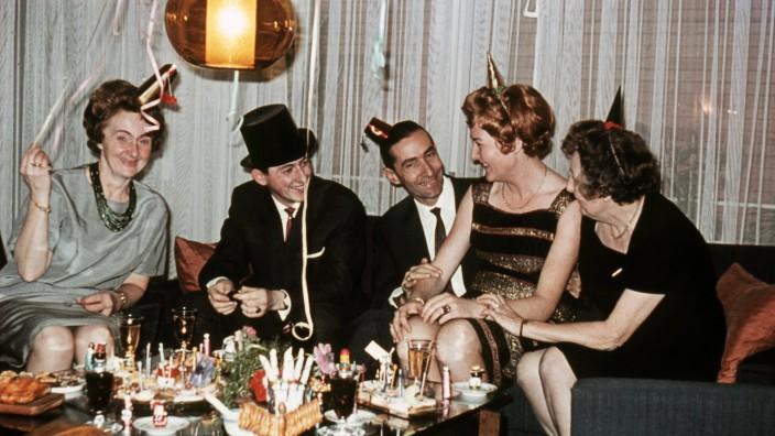 Party GER ca 1960 Sylvester im Wohnzimmer