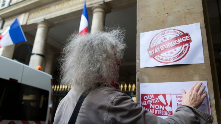 Frankreich: Ein Aktivist klebt vor dem französischen Verfassungsgericht ein Protestplakat gegen den Notstand.