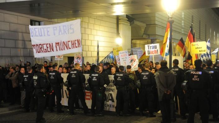 Pegida in München: Polizisten bewachen eine Pegida-Demo am Odeonsplatz.