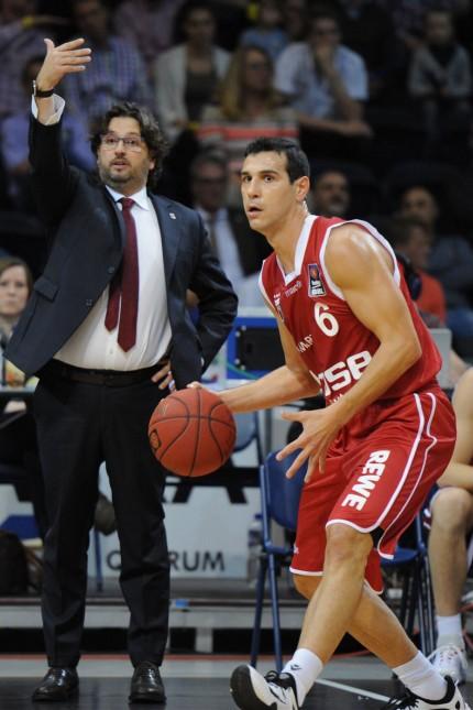 04 10 2015 Basketball Saison 2015 2016 1 Bundesliga Beko BBL 1 Spieltag Basketball Loewen; Andrea Trinchieri Nikolaos Zisis Brose Baskets Bamberg Basketball Zink/Imago
