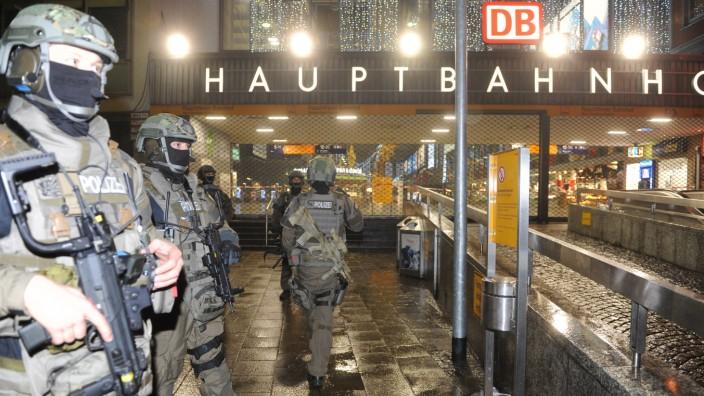 Terrorwarnung: Nach dem Terroralarm in München: Polizisten am Hauptbahnhof.