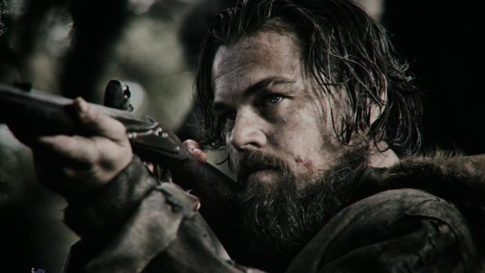 """""""The Revenant"""" im Kino: Hüpft da ein Oscar durchs Gebüsch? Hugh Glass mag auf Tiere zielen, sein Darsteller Leonardo DiCaprio dagegen auf den größten Preis im Filmgeschäft."""
