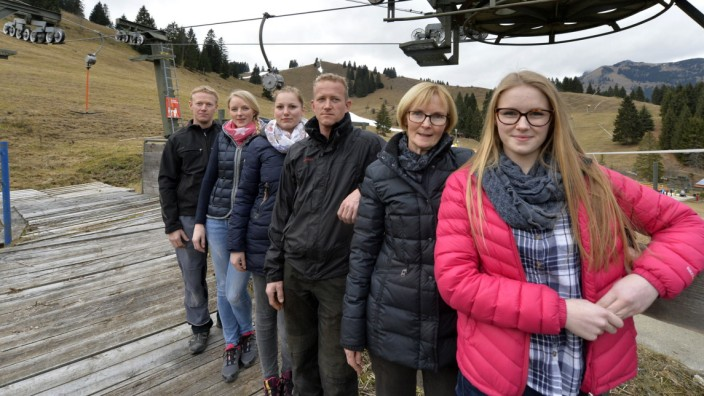 Wintersport: Im Winter leben sie für die Skilifte auf ihren Almwiesen: Johann, Irmi, Heidi, Christoph, Irmgard und Sophia Berger.