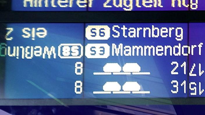 Rathaus: Es fährt irgendwann möglicherweise ein Zug nach irgendwo. Oder auch nicht oder verkehrt herum. Das gestörte Bild an der S-Bahn-Anzeige hat viel Symbolkraft.