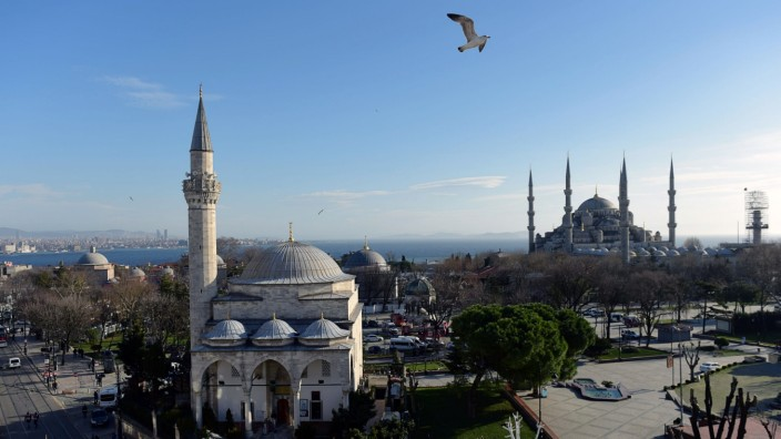 Selbstmordattentat in Istanbul: Blick über den leeren Sultanahmet-Platz mit der Blauen Moschee in Hintergrund