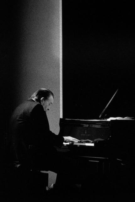 Jazz: Joe Haider am Flügel, ein bisschen in sich zusammengesunken, fast wie in Trance, dabei aber hellwach auf der Suche nach den besten Harmonien.