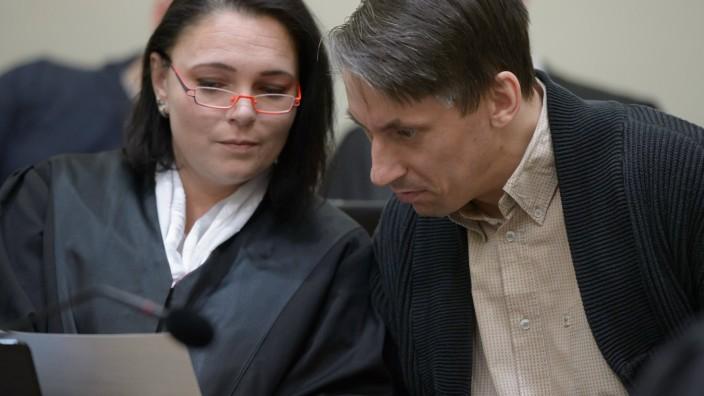 NSU Prozess Der Angeklagte Ralf Wohlleben unterhaelt sich mit seiner Anwaeltin Nicole Schneiders am