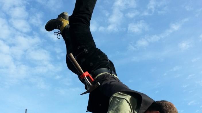 Oberhaching: Der akrobatische Luca Fürmann beweist, dass das Werkzeug an seinem Gürtel absolut sicher befestigt ist.