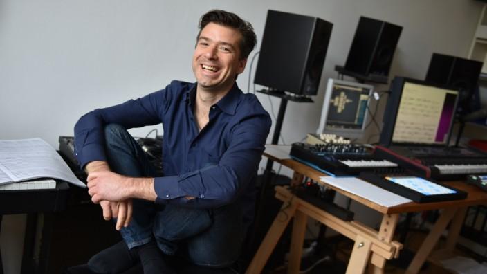 Starnberg: Ungewöhnlich vielseitig ist der Komponist, Tonmeister, Konzeptkünstler und Technikfreak Mathis Nitschke (in seinem Arbeitszimmer in München).