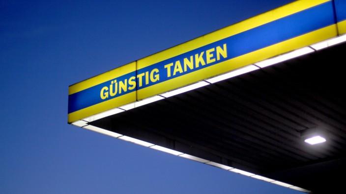 """Tankstelle mit dem Slogan """"Günstig Tanken"""""""