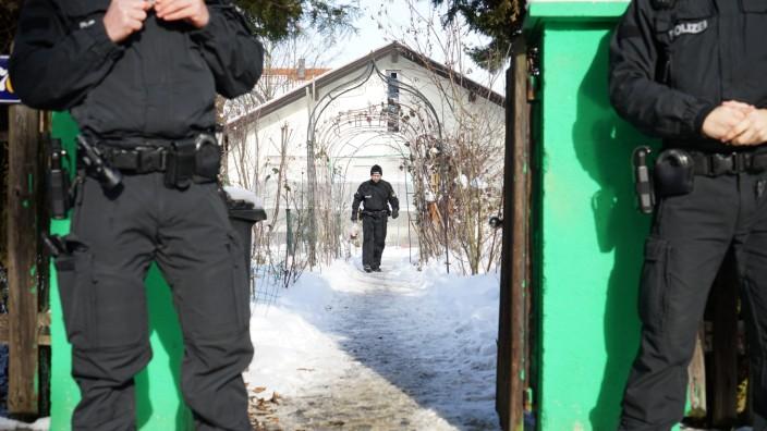 Haar: Spurensuche im verschneiten Garten: Die Ermittler der Polizei gruben vor drei Wochen in Haar nach der Leiche des vermissten Studenten.