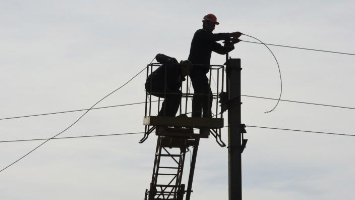 Ukraine: Arbeiter reparieren eine Stromleitung im Osten der Ukraine.