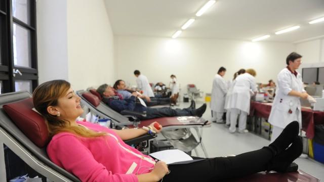 BRK: Im Raum über dem Saal lassen die Blutspender sich die Kanülen in die Venen stechen.